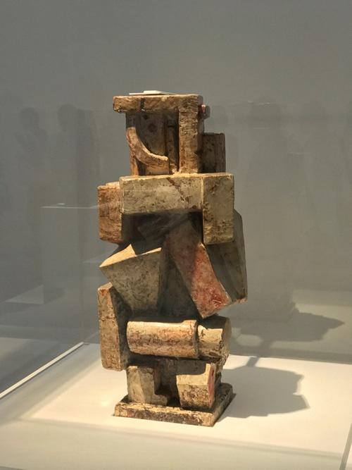 《キュビスム的コンポジション−男》(1926年、石膏に着色、大原美術館蔵)展示風景 初期の興味深い作例