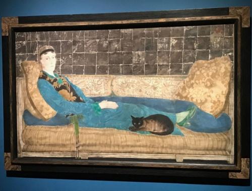藤田嗣治《エミリー・クレイン=シャドボーンの肖像》(1922年、油彩、銀箔、金粉、カンヴァス、89.5×46.1cm、シカゴ美術館蔵)展示風景<br />横たわった女性だけでなく猫もこちらを見つめているのが印象的だ。藤田は日本の絵画を研究したが、銀箔を使った作品は珍しいという &copy;Foundation Foujita / ADAGP, Paris & JASPAR, Tokyo, 2017 E2833