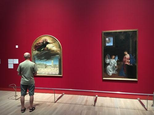 「ヴェネツィア・ルネサンスの巨匠たち」展会場風景。<br />ボニファーチョ・ヴェロネーゼ《父なる神のサン・マルコ広場への顕現》(「受胎告知」三連画より)=左の作品=とジョヴァンニ・ジローラモ・サヴォルド《受胎告知》