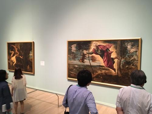 「ヴェネツィア・ルネサンスの巨匠たち」展会場風景。<br />展示されているヤコポ・ティントレットの《動物の創造》(=右、1550~60年、ヴェネツィア、アカデミア美術館蔵)と《アペルを殺害するカイン》(1550~53年、ヴェネツィア、アカデミア美術館蔵)は、ともに「創世記」に題材を得ている