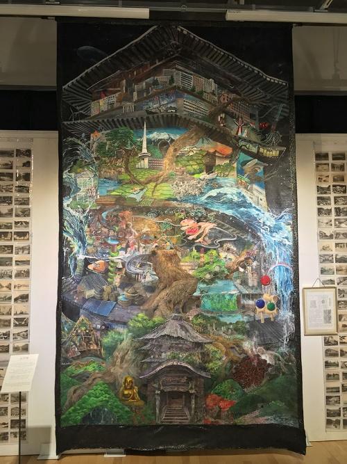 東北芸術工科大学の学生らによる合作《辿望楼》展示風景(東北芸術工科大学キャンパス)。画家の三瀬夏之介さんと鴻崎正武さんが2009年に始めた「東北画は可能か?」というプログラムの一環