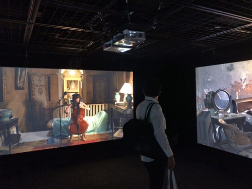 ラグナル・キャルタンソン《ザ・ビジターズ》展示風景(横浜赤レンガ倉庫1号館)