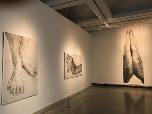 鉛筆画の大作を出品した木下晋の展示コーナー(横浜美術館)