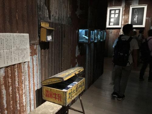 「杉本博司 ロスト・ヒューマン」展会場風景。錆びたトタン板とぼろぼろの板壁に囲まれている