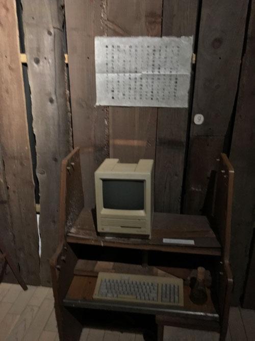 「杉本博司 ロスト・ヒューマン」展会場風景。マッキントッシュの初期型のコンピューターも遺物として展示されていた