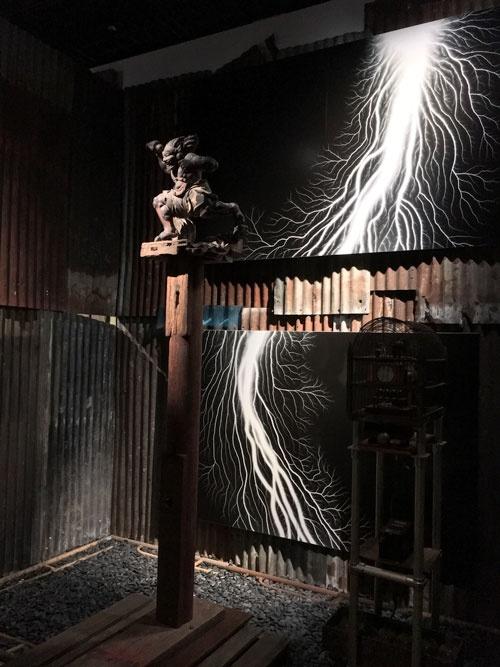 「杉本博司 ロスト・ヒューマン」展会場風景。電気の痕跡は杉本の制作。雷神の彫刻は鎌倉時代の作品