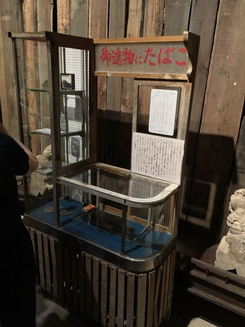 「杉本博司 ロスト・ヒューマン」展会場風景。昭和を感じさせるたばこ屋の店先