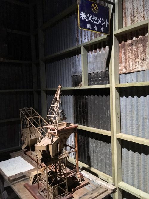 「杉本博司 ロスト・ヒューマン」展会場風景。33のコーナーのうち建築家のエリア。文章は、建築家の磯崎新が設計図用のフォントで書いたという