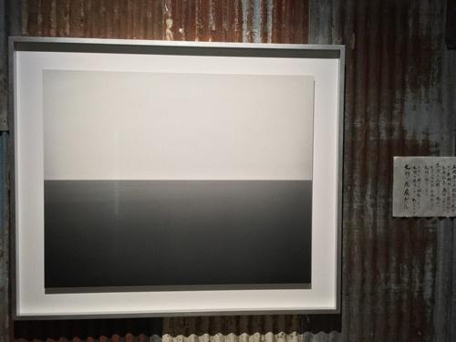 「杉本博司 ロスト・ヒューマン」展会場風景。3階の展示室入り口付近には「海景」シリーズがかかっている