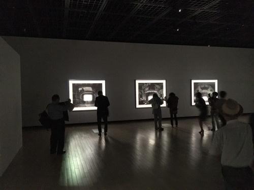 「杉本博司 ロスト・ヒューマン」展会場風景。この展覧会は2階と3階の2フロアを使っている。2階には、新たに制作した廃虚劇場のシリーズなどが展示された