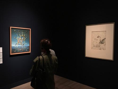 ダリ展会場風景。第7章「原子力時代の芸術」より。左から順に サルバドール・ダリ 《ラファエロの聖母の最高速度》(1954年頃、81.0 × 66.0 cm、カンヴァスに油彩、国立ソフィア王妃芸術センター蔵 Collection of the Museo Nacional Centro de Arte Reina Sofía, Madrid © Salvador Dalí, Fundació Gala-Salvador Dalí, JASPAR, Japan, 2016. ) サルバドール・ダリ 《レダ・アトミカ》のための習作(1947年、61.0 × 45.4 cm、紙に鉛筆、インク、ガラ=サルバドール・ダリ財団蔵  Collection of the Fundació Gala-Salvador Dalí, Figueres © Salvador Dalí, Fundació Gala-Salvador Dalí, JASPAR, Japan, 2016. )