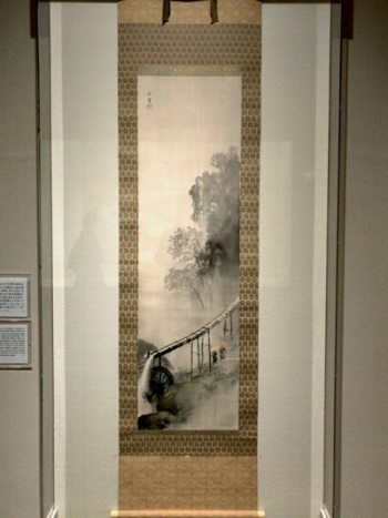 "<span class=""fontBold"">川合玉堂《水声雨声》</span>(1951年[昭和26年]頃、絹本墨画淡彩、山種美術館蔵)展示風景"