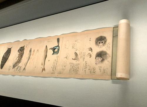 "<span class=""fontBold"">川合玉堂《写生画巻》</span>(1889〜90年[明治22〜23年]、紙本彩色、巻子[一巻]、玉堂美術館蔵)展示風景"
