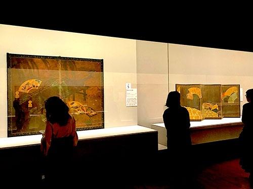 「扇流し」を描いた屏風が並んだコーナーの展示風景