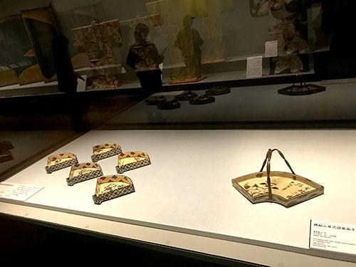 扇形は陶芸の世界にも広がった。写真は尾形乾山の作品が並んだコーナーの展示風景