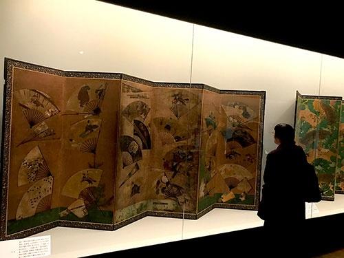 骨のない扇面が貼り付けられた宗達派の《扇面貼交屏風》などが並んだコーナーの展示風景