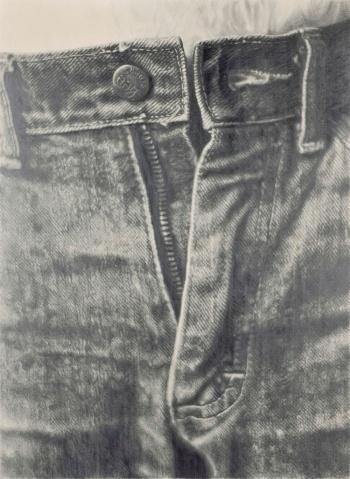 《ジーンズ》(1983年、個人蔵)<br>ジーンズを写真で撮って拡大したものをベースに鉛筆で写した作品。折り目まで写す巧みさに感心するのと同時に、なぜこの部分を切り取って描くのか、そもそもなぜこんなに正確に描こうとしたのか、鑑賞者は深く考えさせられる
