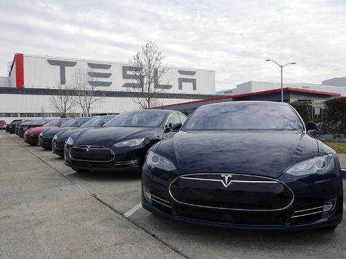 写真4●米Tesla Motorsの「モデルS」と同社のフリモント工場