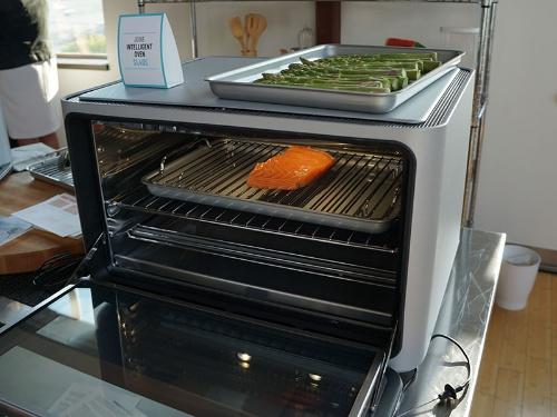 写真1●画像認識AI搭載オーブン「June Intelligent Oven」