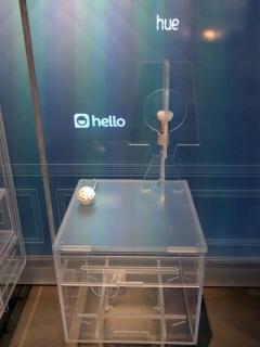 写真2●箱から出して展示されているスマート電球など