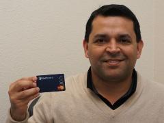写真1●ダミーのカードを持つ米SelfScoreのKalpesh Kapadia CEO
