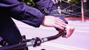 写真2●Levi's Commuter Trucker Jacketで電話着信に応じたところ