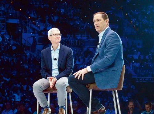 Cisco Liveで対談する米アップルのティム・クックCEO(左)と米シスコシステムズのチャック・ロビンスCEO