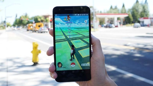 写真●スマホで遊ぶ位置ゲーム「Pokémon GO」(撮影:中田 敦)