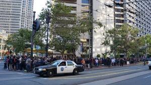 写真5●プレーヤーを見守る警察車両