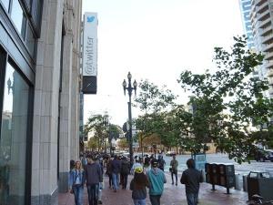 写真6●シビックセンターの米Twitter本社前を進むプレーヤー