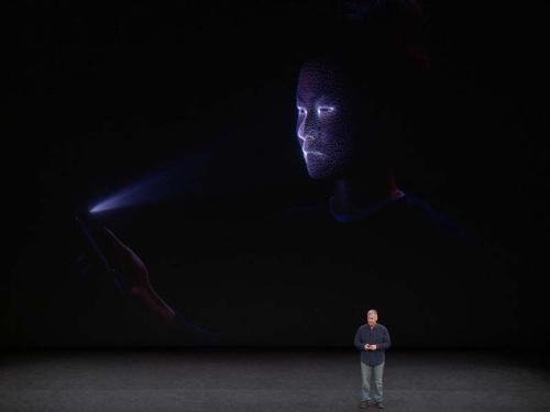 写真2●ユーザーの顔に赤外線ドットを投射したイメージ