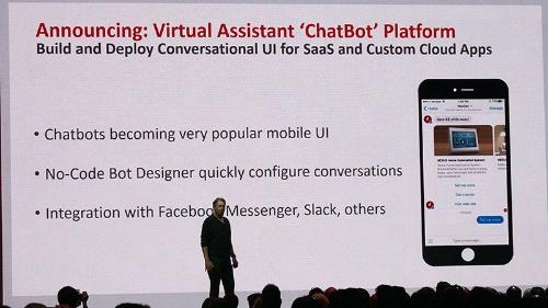 写真5●チャットボット用プラットフォームを発表するEllison会長