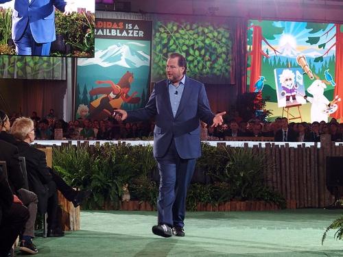 写真1●基調講演会場を歩き回りながら熱弁するSalesforce.comのMarc Benioff CEO