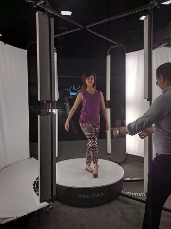 写真1●人間をすっぽり包む「Artec 3Dスキャナー」