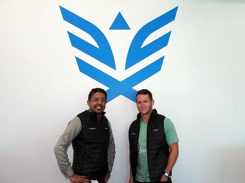 写真●米SynackのSam Luganiプロダクトマーケティング担当ディレクター(左)