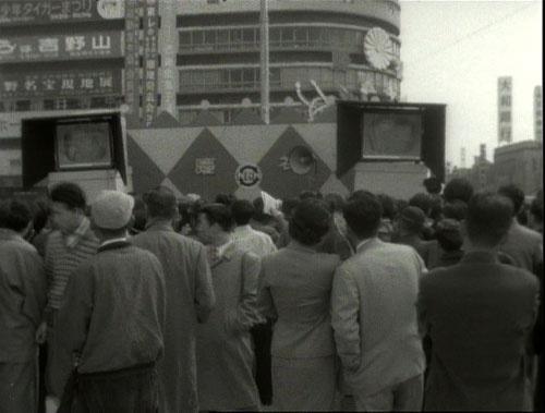 1500万人もの人が街頭テレビでパレードを見守った