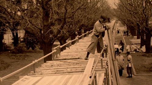 設楽は移動ショットのために、高さ2メートル、長さ200メートルの特注レールをつくった