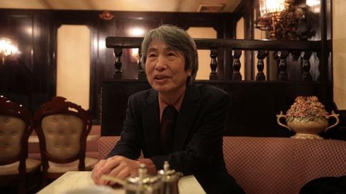 若野正太郎・関西新聞編集局長。元々普通の新聞記者になりたかった若野はワケあって夕刊紙の記者となり、ヤクザの記事を書き続けた。それはヤクザという生き方に興味があったから。「親分のために命を張る」とは何か。その疑問に向き合い続けた。