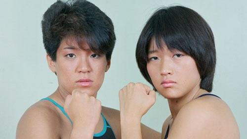 ライオネス飛鳥(左)と長与千種が、1983年に結成した女子プロレスのタッグチーム「クラッシュ・ギャルズ」は、10代の少女たちからの圧倒的な支持を得て、女子プロレスブームを巻き起こした(©マルベル堂)