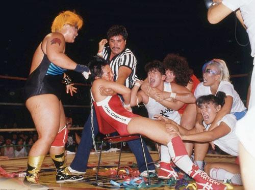 1985年8月28日、大阪城ホールで行われた、ダンプ松本VS長与千種の「髪切りマッチ」は、クラッシュ・ギャルズブームを象徴する一戦として語り継がれている。敗者が髪を切るというルールで行われたこの試合で長与は敗れ、リング上で頭髪を刈られてしまう。会場は少女たちの悲鳴に包まれた(©東京スポーツ新聞社)