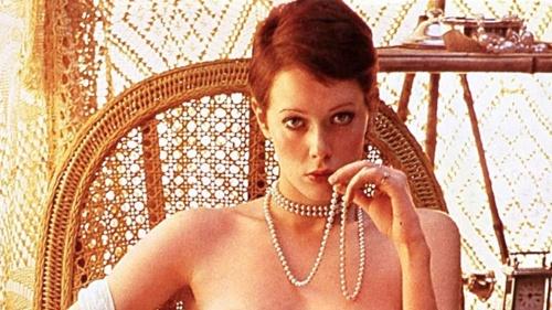 映画『エマニエル夫人』のポスターは日本オリジナル。主演シルビア・クリステルの写真使用料は100万円。映画の買い付け額とほぼ同額を投じた一人の映画宣伝マン「一世一代の賭け」の行方は…
