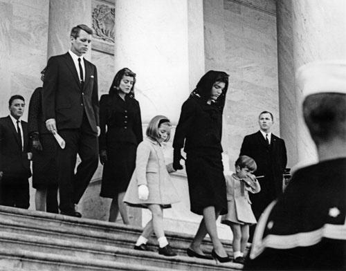 夫ケネディの葬儀を取り仕切る、妻ジャクリーン。彼女の運命も事件によって一変した。悲劇のファーストレディーの愛と決意とは…
