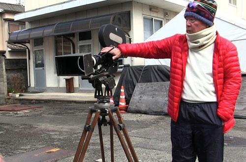 撮影助手を務めた、水巻祐介さん。深作独特のこだわりに撮影に際してある工夫が必要になったと語る。その方法とは
