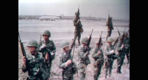 ソウルの金浦空港を取り囲む韓国軍兵士たち。後ろに見えるのが「よど号」