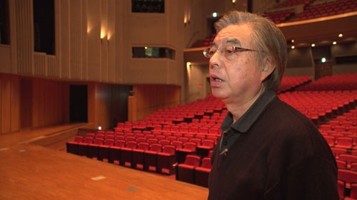 会場の音響技師、末松光廣。長年ひばりのコンサートに携わってきた