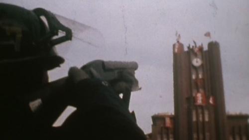 安田講堂に向けて催涙弾を打つ機動隊