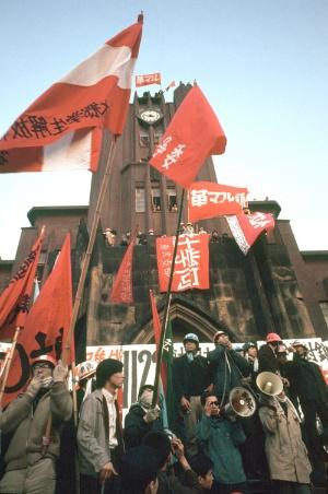 安田講堂に立て籠もった学生たち