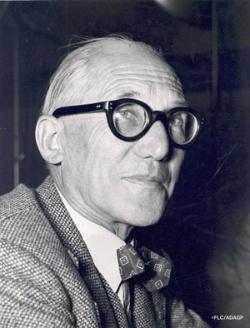 ル・コルビュジエ。黒縁眼鏡と蝶ネクタイがトレードマーク