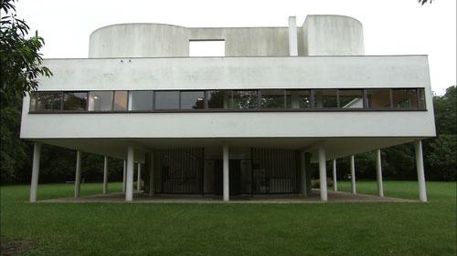 サヴォワ邸。コルビュジエ初期の作品で、コルビュジエが唱えた近代建築5原則が明確に表現されている