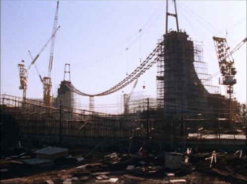 """独特なフォルムを形づくるのは、つり橋の構造を参考に考案された""""つり構造""""。建設現場はまるで工事中の橋のようだ"""